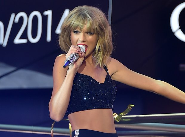 Taylor Swift perfomrs on New Year